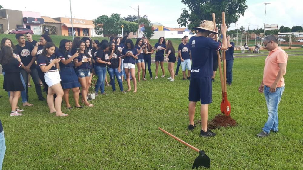 Confira a cobertura dos formando do 3º ano plantando arvore junto com o prefeito da cidade Enelto em Sonora-MS