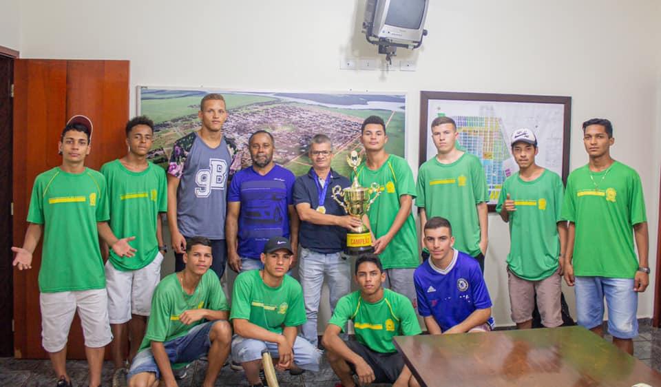 SONORA-MS| Prefeito Enelto Ramos da continuidade na atenção que tem elevado o nível do esporte recebendo equipe sub-17 em seu gabinete