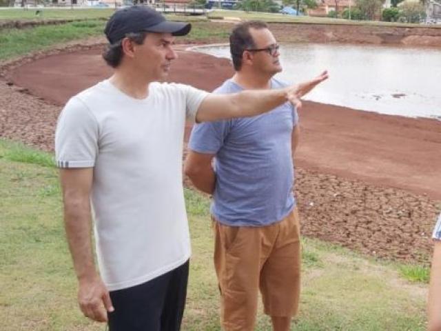 O prefeito de Campo Grande, Marquinhos Trad (PSD), durante visita ao lago Parque das Nações Indígenas.