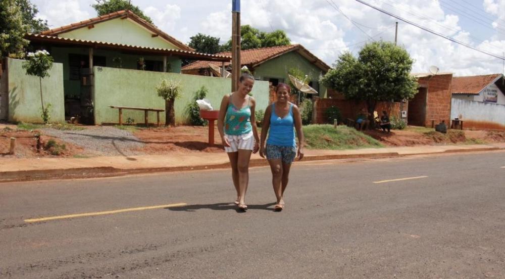 Vera Lúcia comemora asfalto novo ao lado da filha