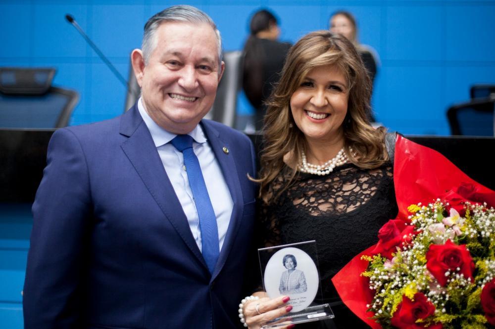 Antonio Vaz entrega troféu para promotora Filomena